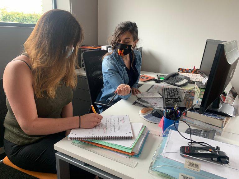 Légende : Léa LEVOY, Alternante Assistante RH et Aurélie MARICHAL, tutrice de Léa et Chargée de Recrutement.